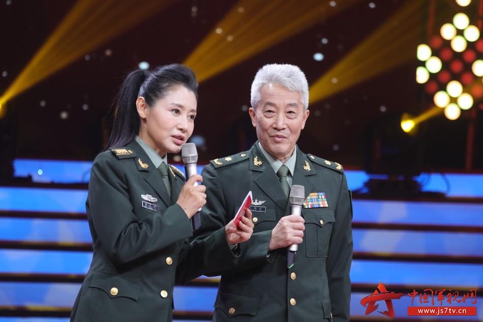 21 圖為軍歌傳唱者,著名詞作家王曉嶺分享母親劉薇和軍歌《看見你們格外親》背后的故事