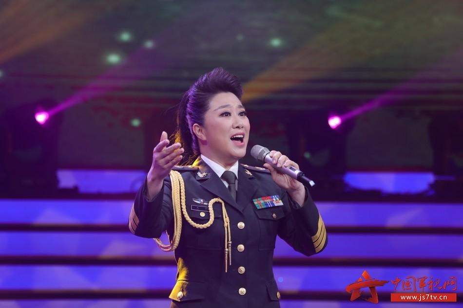 22 圖為青年女高音吳娜動情演繹經典軍歌《看見你們格外親》