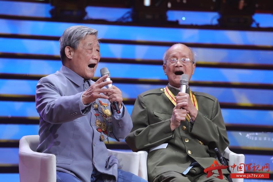 31 圖為軍歌傳唱者,新四軍老戰士94歲的焦潤坤和97歲的周東葵,在節目現場重溫戰斗歲月青春記憶中的軍歌旋律