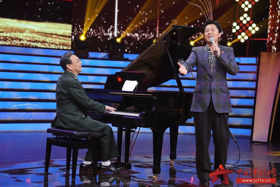 34 圖為軍歌傳唱者,著名作曲家臧云飛在現場和軍歌推廣大使蔡國慶即興合作