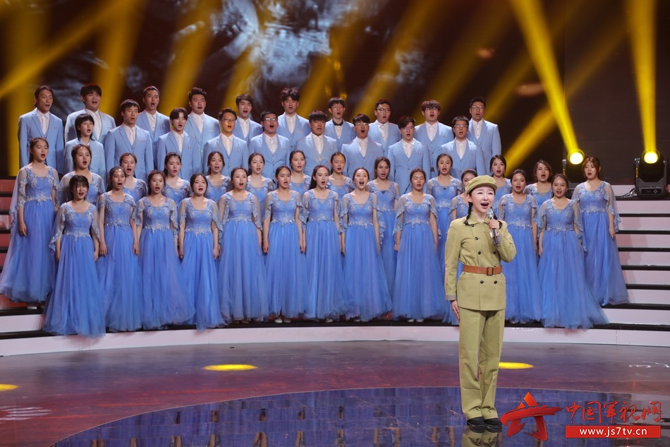 40 圖為青年歌手王芳和首都師范大學科德學院的學生們共同演繹歌曲《英雄贊歌》