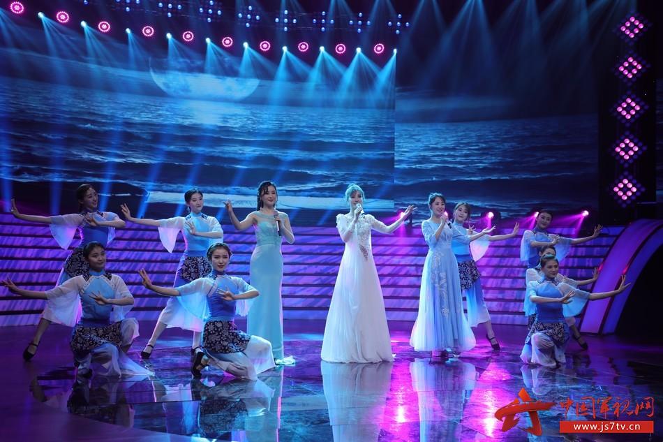 42 圖為青年歌手游小青、耿婕妤、郭津彤歌聲再現《漁家姑娘在海邊》