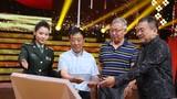 圖為軍歌傳唱者,歌曲《當兵走阿里》的詞曲作者公丕才、劉剛和軍歌推廣大使李昕一起將歌曲收錄進《我愛唱軍歌》節目的歌本。