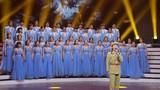 圖為青年歌手王芳和首都師范大學科德學院的學生們共同演繹歌曲《英雄贊歌》。