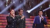 圖為特邀軍歌推廣大使、著名曲作家印青和青年軍旅作曲家印倩文首度同臺,和蔡國慶一起唱響軍歌《當兵的歷史》。