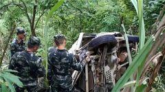 广西都安:车辆坠崖 武警官兵紧急救援