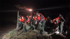 江西新余:河堤突发决口 官兵紧急排险
