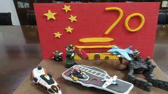 官兵用黏土制作创意手工艺品为祖国庆生