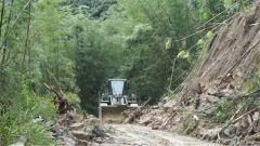 四川珙县:武警官兵紧急排除塌方险情