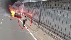 小车着火致人员烧伤 路过武警冒死救援