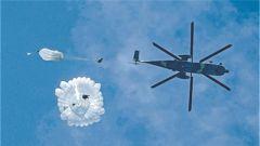 """奇兵天降砺""""刀锋"""":空降兵某部侦察分队低空伞降突击训练掠影"""