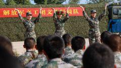 解放军文工团女兵轻骑队走进陆军第80集团军某旅慰问演出