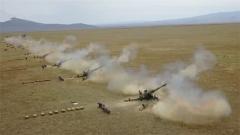 新疆軍區某炮兵團實彈射擊考核在西北戈壁展開