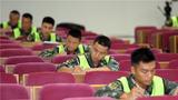 分队指挥员正在进行编写教案比赛。