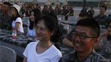 官兵家属共同观看比赛。