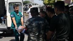 新疆伊寧:七旬老人突遇車禍 武警官兵及時救助
