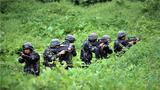 """捕歼战斗科目中,特战队员运用战术队形搜索""""犯罪分子""""。"""