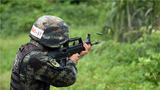 搜索射击科目中,一名特战队员发现目标后快速击发。