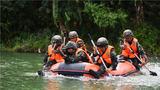 水上追逃科目中,特战队员在陌生水域搜索目标。