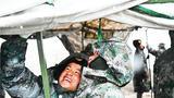 风雪中搭建帐篷。
