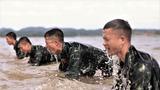 特战队员在海水中进行俯卧撑训练。