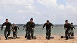 7月5日,武警广西总队钦州支队紧贴任务实际,从难从严要求,组织特战队员在驻地附近海域开展摔擒、推举子弹箱、负重冲刺、推举圆木、搏击对抗等课目训练,全面�劣环境和复杂条件下的技战术水平。图为特战队员在海边进行负重冲刺训练。
