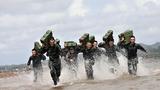 特战队员在海水中进行负重冲刺训练。