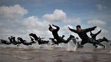 特战队员在海水中进行倒功训练。