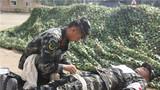 卫生专业官兵在进行战地救护。李忠举 摄