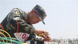 营房专业官兵在制作电动机控制线路板。李忠举 摄