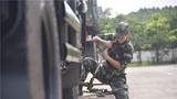   7月8日,武警广西总队训练基地开展铁路装载训练,着力提升部队快速机动和投送能力。训练采取讲解示范、分组练习、评比竞赛等方法步骤,明确人员分工、传授加固方法、规范加固流程,使驾驶员熟练掌握引导车辆、精准定位、车辆加固等技能。图为官兵利用链条式紧固器对车辆进行加固捆绑。