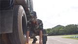 官兵检查测量。