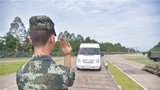 官兵指挥车辆驶入运载平台。