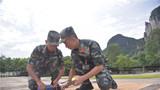 官兵在设置标线。