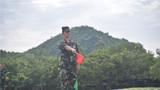 官兵用旗语分段交替指挥车辆驶入运载平台。