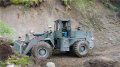 西藏林芝:武警官兵紧急抢通塌方路段