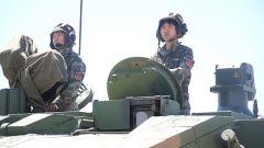 【第一军视】女兵驾驶坦克驰骋沙场 这才是真女神!