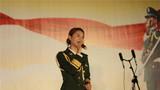 主持人演唱《红旗飘飘》赢得在场官兵阵阵掌声
