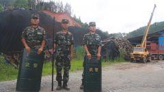 【第一军视】10万吨走私木材藏匿小山村 武警100余人出动捣毁窝点
