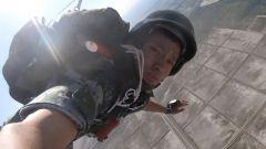 【第一军视】硬核!特战兵哥哥带你第一视角体验1200米高空武装跳伞