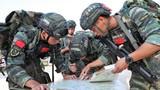 特战队员在进行情况研判确定行军路线。许东 摄
