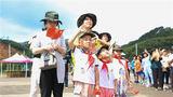 """7月27日,武警广西总队来宾支队邀请了数百名官兵家属走进军营,近距离体验军营生活,与官兵们共庆""""八一""""。"""