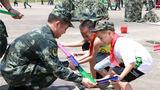 官兵胡检生正在与孩子玩亲子游戏