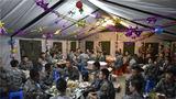 """7月28日晚,陆军第71集团军""""临汾旅""""某营驻训点热闹非凡,欢声笑语不断。原来,在紧张的驻训中,该营利用吃饭的间隙为32名7月出生的官兵举办了一场集体生日会。"""