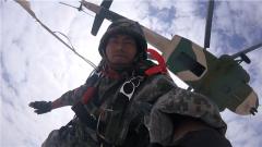 【第一军视】海拔4000米!兵哥哥第一视角带你体验高原伞降