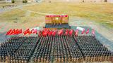 """天山北麓,旌旗猎猎,茫茫戈壁,战鼓催征。日前,新疆军区某师组织的""""战神尖兵-2019""""比武竞赛落下了帷幕,在为期3天的竞赛中,来自各个单位、各个专业的200余名官兵同台竞技,鏖战戈壁。"""