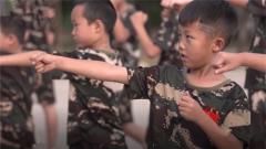 频频出错也要坚持 6岁军娃军营体验特种兵基础拳术训练