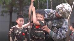 """特战队员攀绳很""""轻松""""?小军娃体验蹬绳训练产生别样感受"""