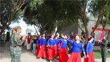 相拥军旗下,共叙鱼水情。近日,百余名新疆库尔勒民舞联盟的艺术家走进武警兵团总队执勤某支队,为官兵们带来了一场精彩的慰问演出。