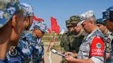 """当地时间8月5日上午10时,""""国际军事比赛—2019""""海上登陆项目障碍赛在俄罗斯加里宁格勒拉开战幕,中国、俄罗斯、伊朗、委内瑞拉4个国家12个陆战班96名陆战队员展开激烈角逐,中国参赛队最终以9分01秒的成绩勇夺第一名。图为裁判在认真核对比赛队员信息。"""